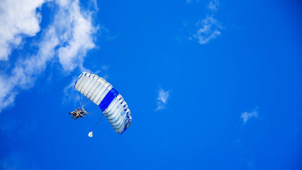 parachute-1209920_1920.jpg